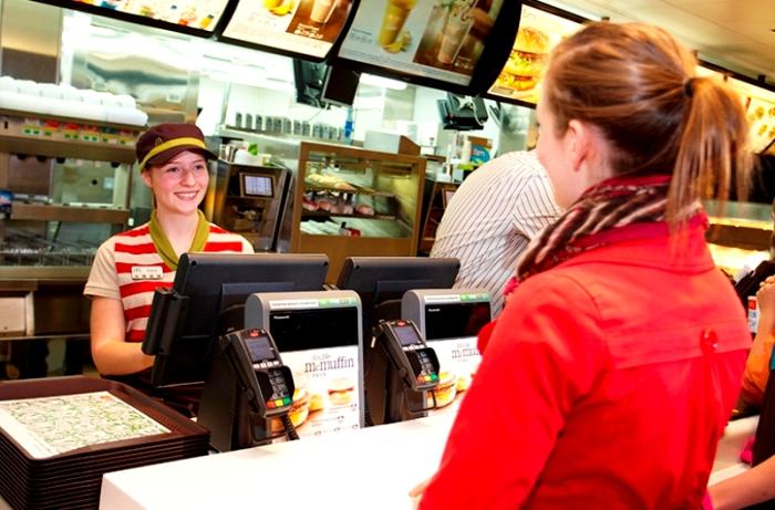 Как ни странно, именно много посетителей обеспечивают им же свежие блюда. /Фото: retail-loyalty.org