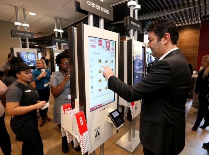 Пользование терминалами увеличивает средний чек клиента. /Фото: kiosks.ru