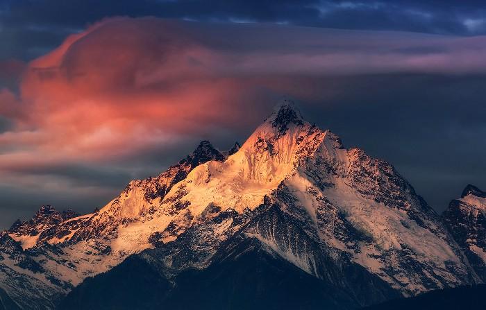 Говорят, что эту гору не дают покорить священные духи. /Фото: goodfon.ru