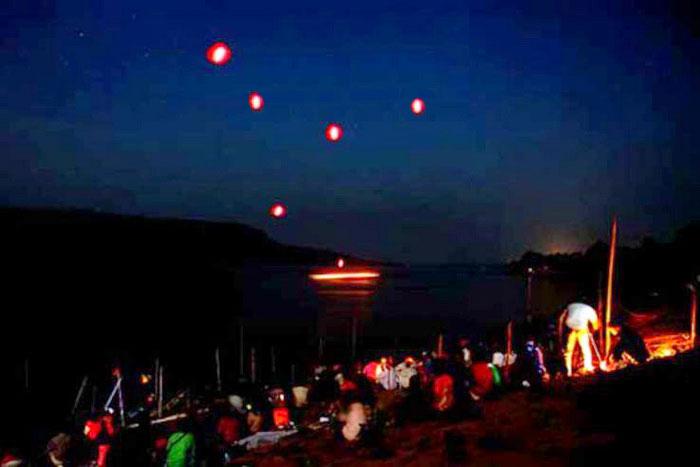 Так и неясно, откуда берутся эти шары над водой. /Фото: factruz.ru