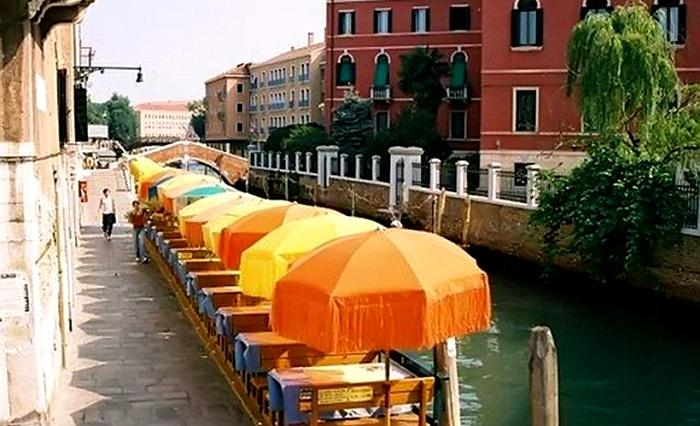 Владельцы кафе в Венеции платят за козырьки. /Фото: mirtayn.ru