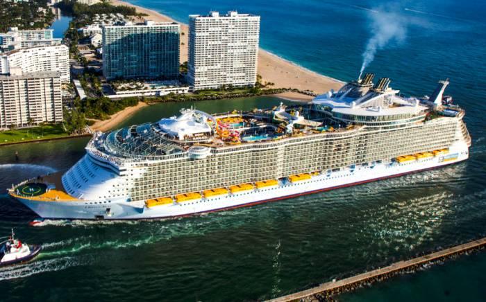 Круизный лайнер размером с несколько многоэтажных домов. /Фото: cruisehive.com