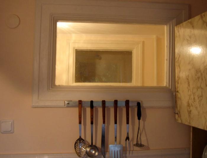Вряд ли через такое окошко прольется достаточно света для обеих комнат. /Фото: decorexpro.com
