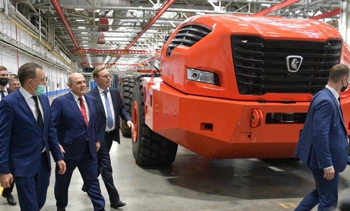 Премьер-министр осматривает прототип нового КАМАЗа. /Фото: polit.info