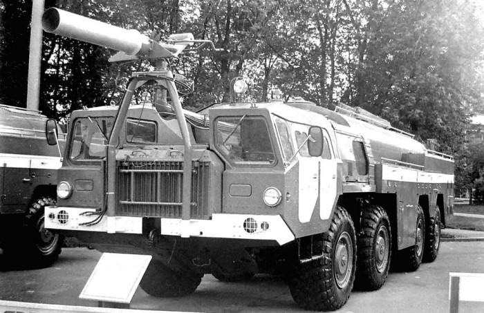 Пожарная машина, которая работает на аэродромах. /Фото: kolesa-uploads.ru