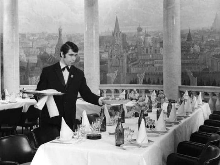 Официант ресторана «Прага», 1960-е годы. /Фото: smashno.ru