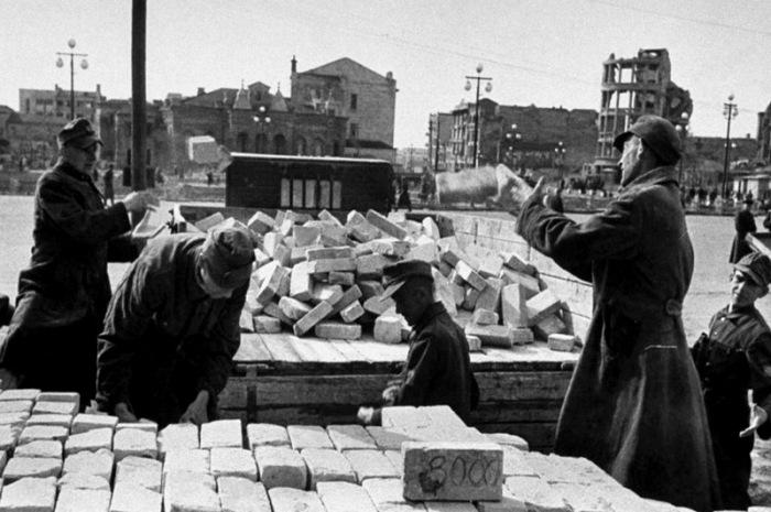 Немецкие военнопленные во время восстановления Сталинграда, 1943 год. /Фото: riac34.ru