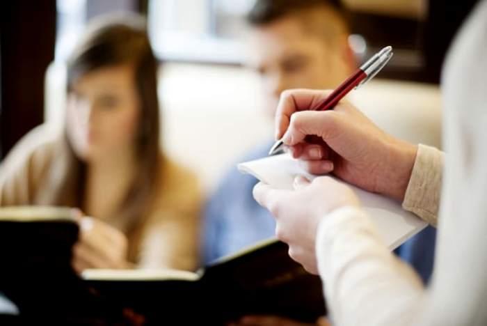 Общение с официантом имеет свои особенности. /Фото: fsrmagazine.com