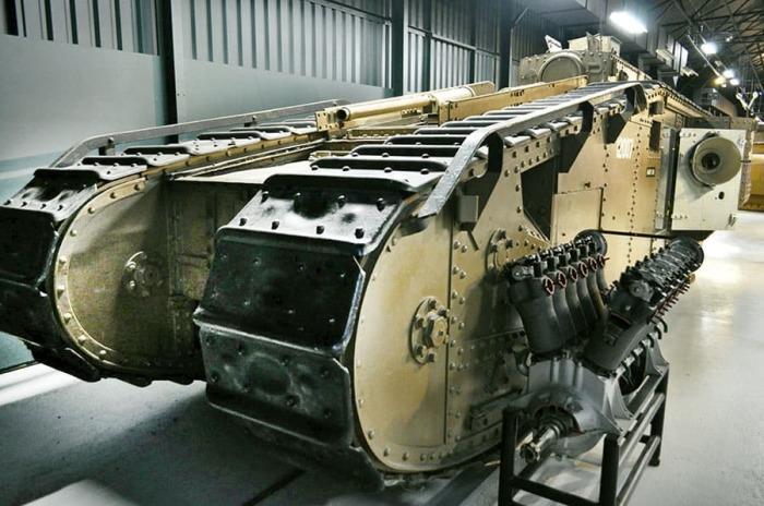 Тяжелый ромбовидный танк Mk VIII в музее, современный вид. /Фото: naukatehnika.com