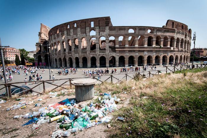 Вид старинных античных руин в Риме серьезно портят мусорные кучи. /Фото: thepointsguy.com