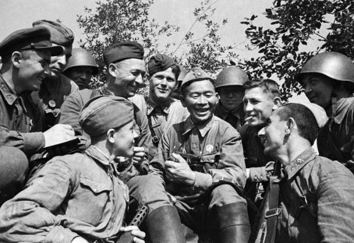 Каски не были в чести у красноармейцев. /Фото: rosphoto.com