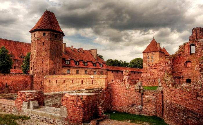 Замок, которому не дают окончательно превратиться в руины. /Фото: drive39.net