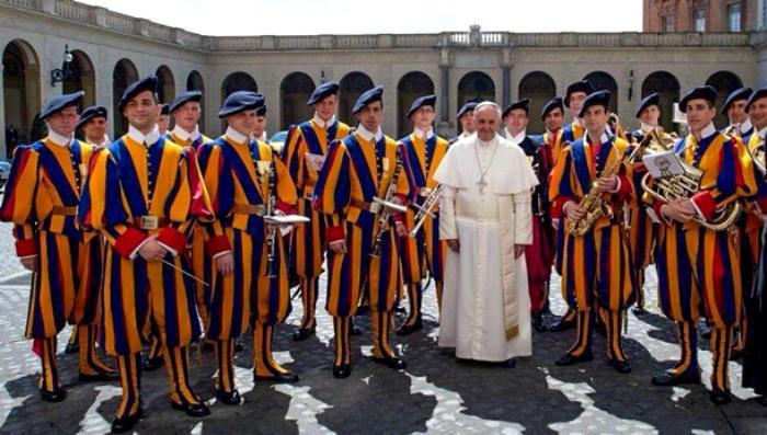 Папа Римский в окружении своих гвардейцев. /Фото: shra.ru