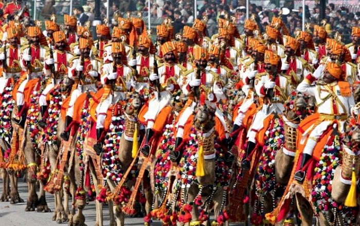 Индийская армия - это буйство красок и верблюды. /Фото: zefirka.net