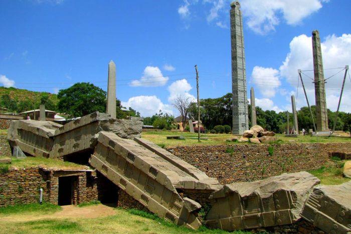 До сих пор непонятно, как жители древнего Аксума сумели вообще создать эти монументальные стелы. /Фото: putidorogi-nn.ru