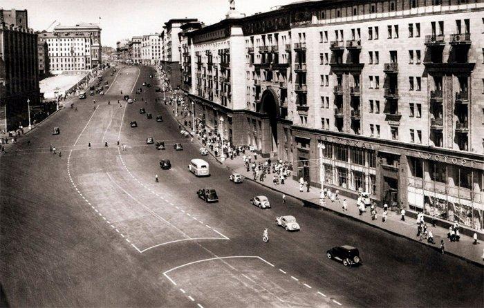 В 1930-е машин было меньше чем сейчас, но достаточно, чтобы начать регулировать их «отношения» с пешеходами. /Фото: livejournal.com