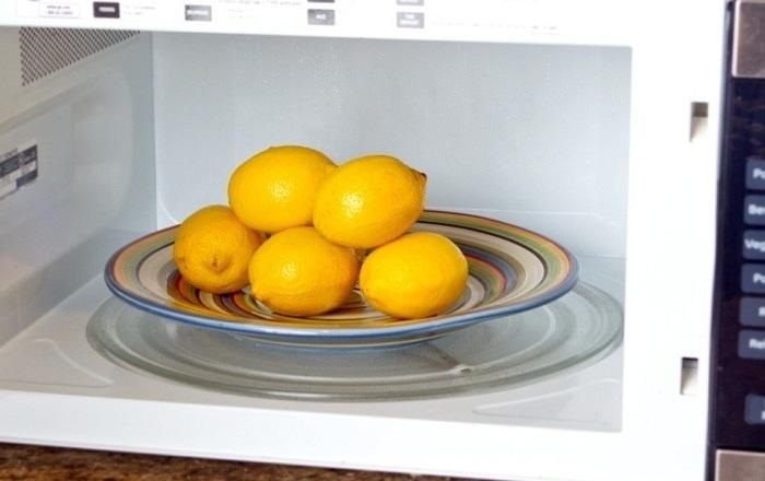 Нужен сок из лимона? Микроволновка в помощь. /Фото: sovkusom.ru