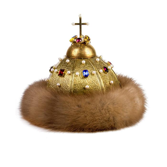 Знаменитый крест шапка получила далеко не сразу. / Фото из альбома «Государственные регалии московского царства», Музеи Московского Кремля.