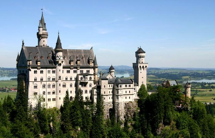 Замок 19 века - яркий пример неоготики, или стилизации Средневековья. /Фото: klook.com