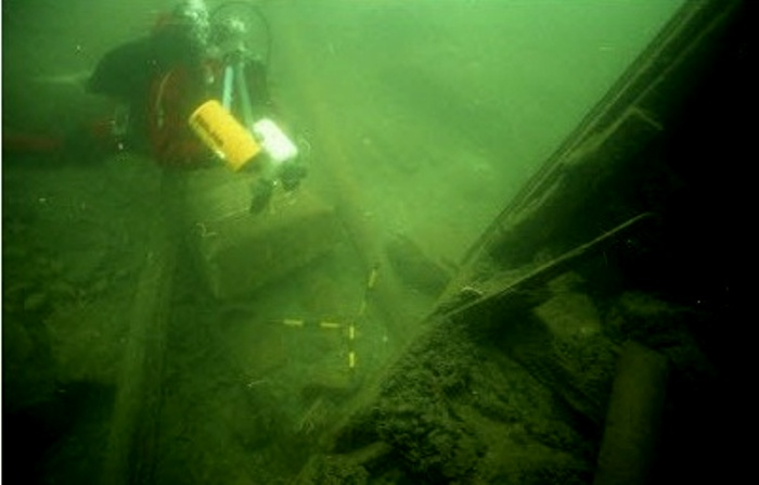 Дайверы осматривают затонувший авианосец. /Фото: golos.io