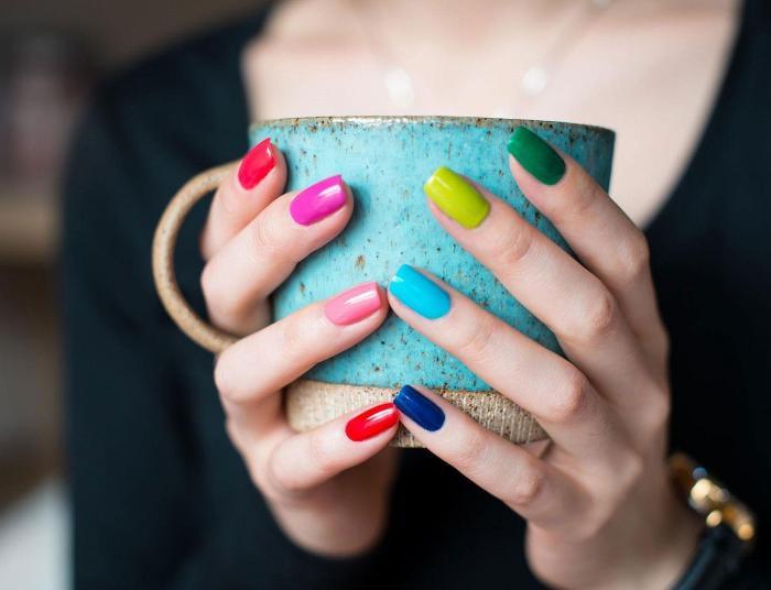 Сегодня использовать десять разных лаков на десяти пальцах - норма. /Фото: wallpapercave.com