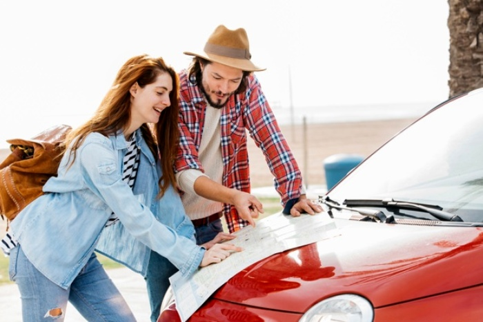 Многие предпочитают макулатуре навигатор. /Фото: freepik.com