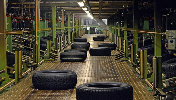 Полоски наносятся практически в самом начале производства шин. /Фото: ndsm.su