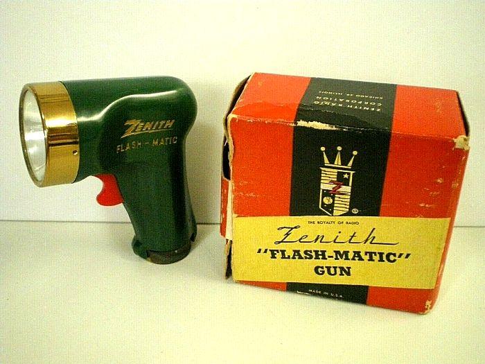 Не зря на коробке с пультом есть слово оружие - он действительно напоминает пистолет. /Фото: blogspot.com