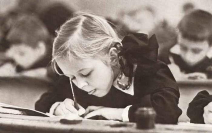 Школьница пишет чернильной ручкой / Фото: esquire.kz