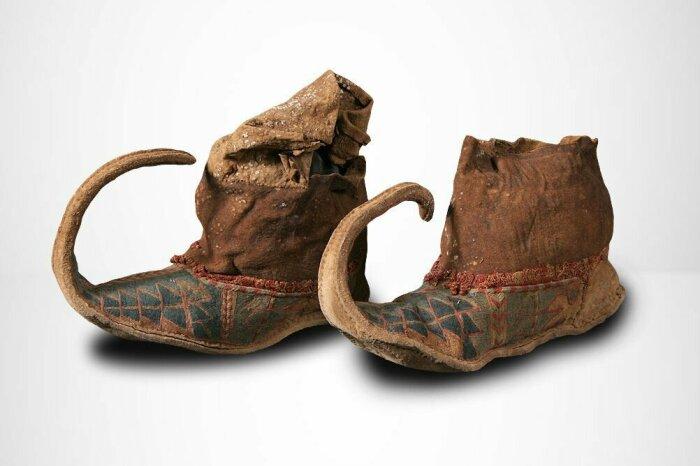 Очень длинные носы некоторые сообразительные мужчины набивали льном и закручивали в виде рода барана / Фото: bibliotehnamuza.blogspot.com