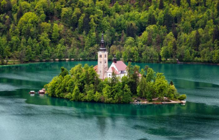 В центре Бледского озера есть красивый зеленый небольшой островок в форме гондолы / Фото: rasfokus.ru