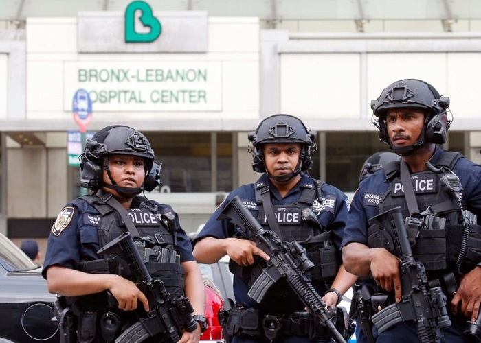 Полицейские на спецзадании / Фото: dailymail.co.uk