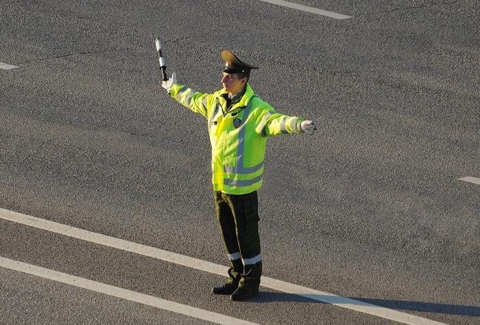 Инспектор ГИБДД может быть один, если выполняет функцию регулировщика / Фото: autolegal.ru