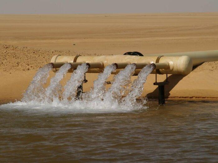 В 1953 г. во время поисков нефти геологи из Великобритании обнаружили интересную и необычную для этой местности находку - под толщей песка они совершенно случайно обнаружили воду / Фото: youtube.com