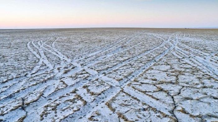 Обнажившееся дно отдыхающего водоема содержит ядовитую почву / Фото: fotovmire.ru