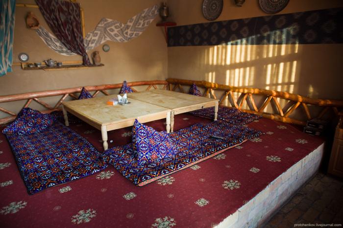 Курпача – предмет многофункциональный, на котором не только спят, но и сидят за низким столиком, именуемом дастархан / Фото: protchenkov.livejournal.com