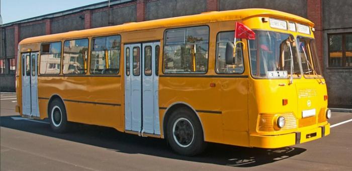 Цвет был выбран неслучайно, благодаря яркости автобус было легко заметить в потоке / Фото: yandex.ua