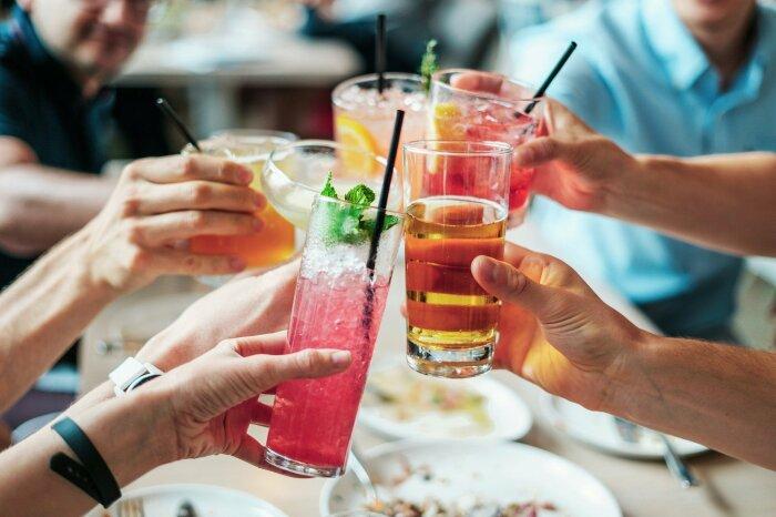 Пить сладкие содержащие алкоголь напитки, как и есть что-то сладкое в таких случаях нежелательно / Фото: clutch.net.ua