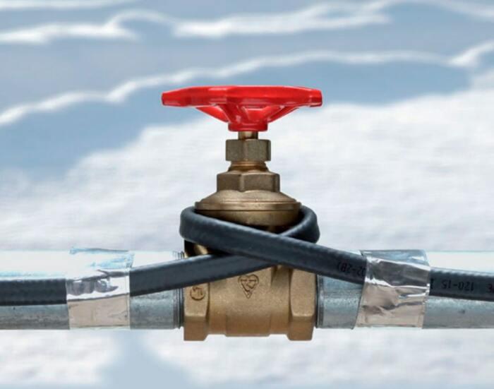 Греющий кабель в проложенных трубах будет эффективнее согревать, чем при наружном размещении / Фото: gizbar.com