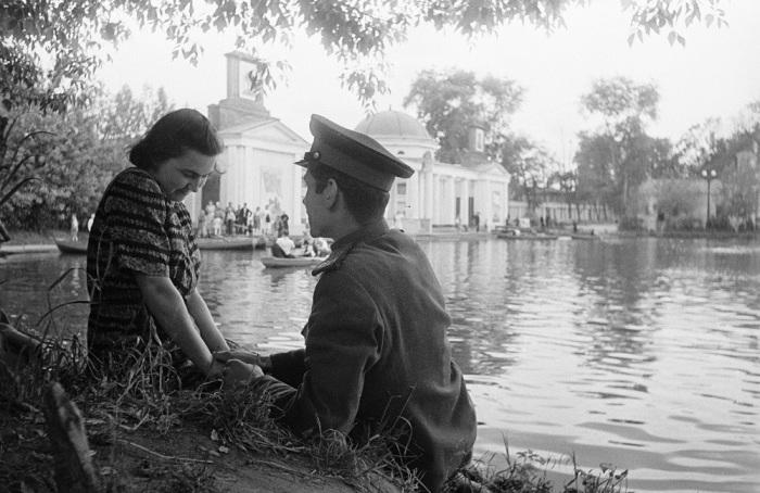 Советские девушки мало знали о контрацепции и боялись забеременеть / Фото: pastvu.com