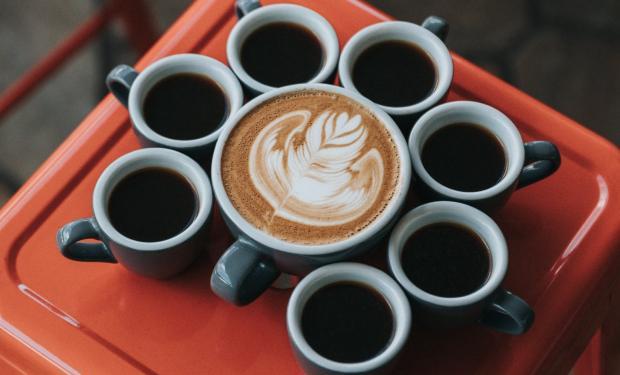 Кофеин оказывает на сосуды сужающий эффект, причем, на все без исключения, кроме тех, которые находятся в почках / Фото: m.123ru.net