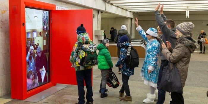 Чудо-дверь оснащена высокоскоростным интернетом, что позволяет москвичам поздравлять друг друга в онлайн-режиме / Фото: ВКонтакте