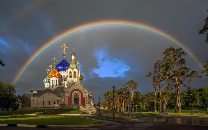 У храма несколько куполов, не менее трех, алтарей здесь тоже может быть несколько / Фото: fonstola.ru