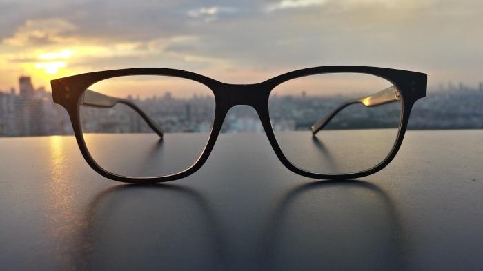 Зачастую мелкие царапины визуально не определяются, но в результате эксплуатации таких очков глаза быстро устают. / Фото: pxhere.com