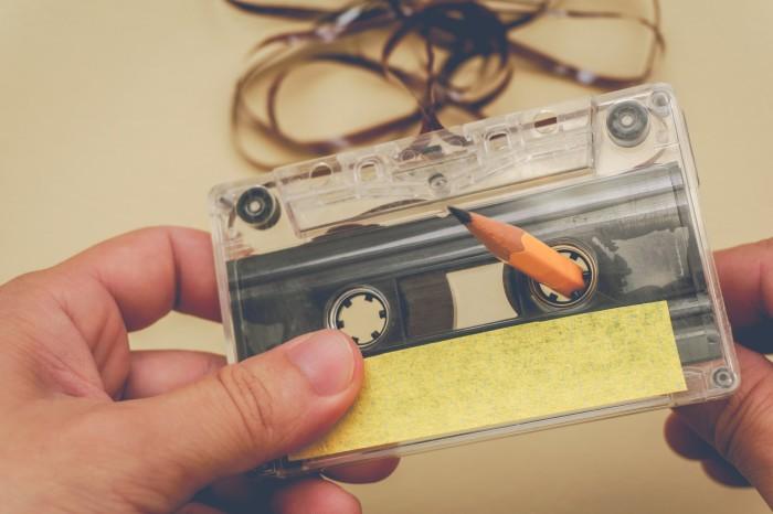 Перемотка кассеты, надетой на карандаш - аналог спиннера / Фото: cos.tv