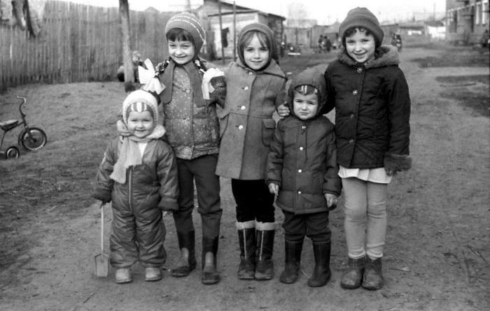 Несмотря на неудобство зимней одежды, дети активно проводили зимние дни / Фото: pastvu.com