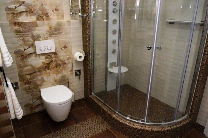 Китайцы в ванной комнате устанавливают душевые кабинки / Фото: mykaleidoscope.ru