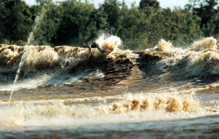 Данное явление привлекает серфингистов со всего мира / Фото: mountainfilm.org