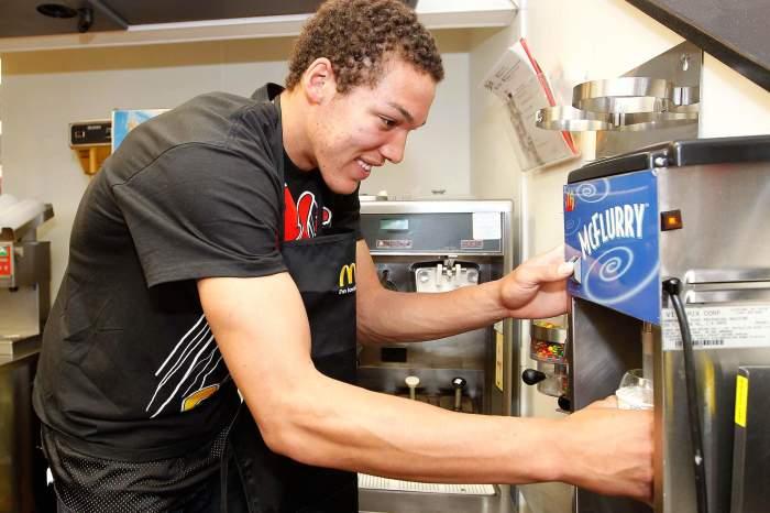 Ложка с квадратной ручкой вставляется в аппарат для мороженого для размешивания составляющих / Фото: rd.com