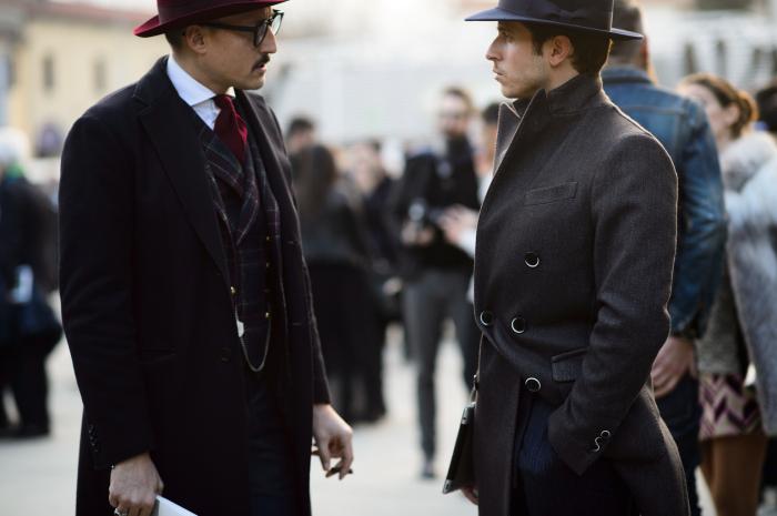 К петлице на лацкане шнурком привязывали шляпы, чтобы те не улетели / Фото: meappropriatestyle.com